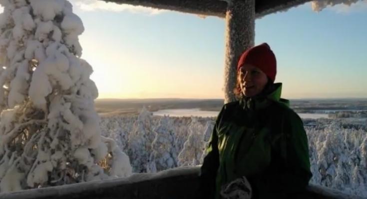 Kaisa näköalapaikalla, taustalla talvinen maisema