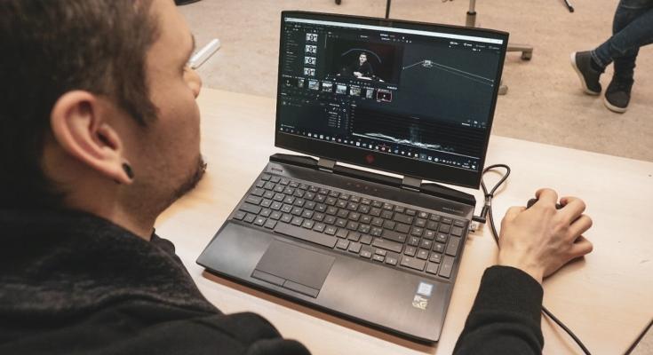 Opiskelija työstää videotarinaa tietokoneella.